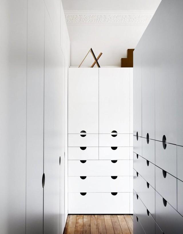 Phòng thay đồ được thiết kế tận dụng tối đa không gian. Những hộc tủ được bố trí sát tường, tạo sự gọn gàng cho căn phòng cũng như tận dụng tối đa diện tích mặt đứng cho chức năng lưu trữ đồ.