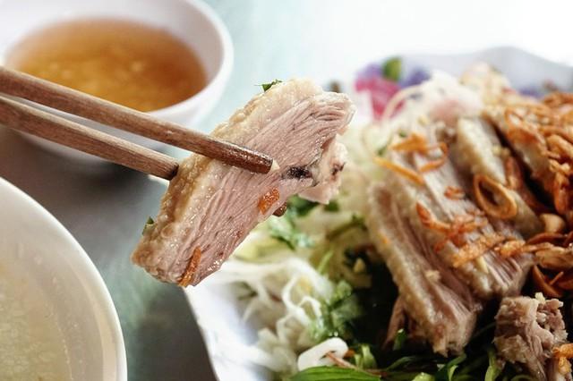 Thịt vịt được làm kỹ nên không hôi, săn chắc, ăn kèm không thể thiếu chén nước mắm gừng được nêm nếm vừa vặn. Khách có thể nêm thêm ớt theo khẩu vị.