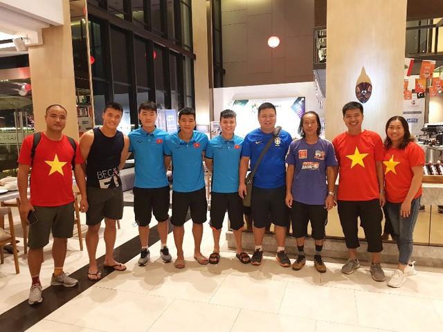Các tuyển thủ U23 Việt Nam chụp ảnh lưu niệm với bố mẹ Văn Toàn, Văn Thanh. Ảnh: V.T