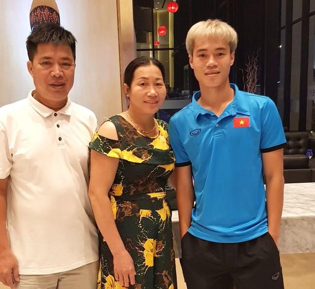 Vợ chồng ông Tạo chụp ảnh cùng con trai Văn Toàn tại nơi đóng quân. Ảnh: V.T