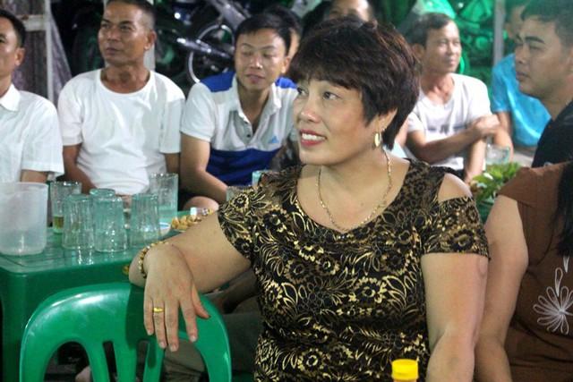 Bà Nhâm, mẹ cầu thủ Đức Huy tin trận bán kết chiều nay, con trai và đồng đội sẽ giành chiến thắng. Ảnh: Đ.Tùy