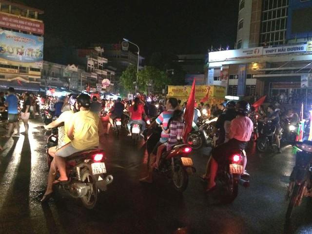 Sau khi trận đấu kết thúc, người dân TP. Hải Dương ra đường ăn mừng chiến thắng. Ảnh: Đ.Tùy