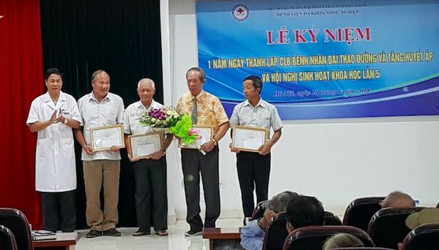 Giám đốc Bệnh viện Đa khoa Nông nghiệp trao giấy khen cho thành viên Ban chấp hành CLB bệnh nhân tăng huyết áp, tiểu đường