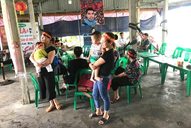 Nhiều người thân, họ hàng đã có mặt tại quán giải khát của bố mẹ Đức Huy để cổ vũ cho trận bán kết chiều nay. Ảnh: Đ.D