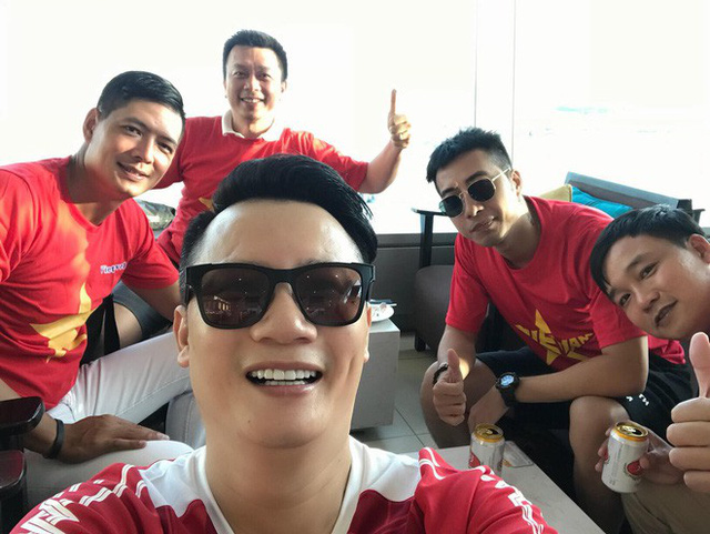 Hoàng Bách gác lại công việc để sang tận Indonesia cổ vũ tuyển Việt Nam trong trận Bán kết Olympic Châu Á.