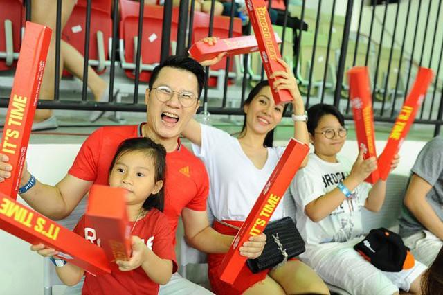Niềm đam mê bóng đá cũng được nam ca sĩ truyền cho cả gia đình.