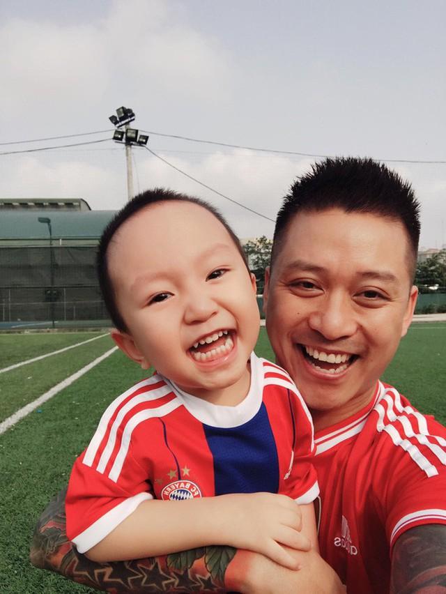 Nam ca sĩ còn truyền lửa đam mê bóng đá cho con trai khi thường xuyên đưa bé ra sân cỏ.