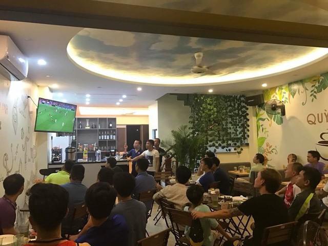 Quán cà phê những ngày có bóng đá đều rất đông người