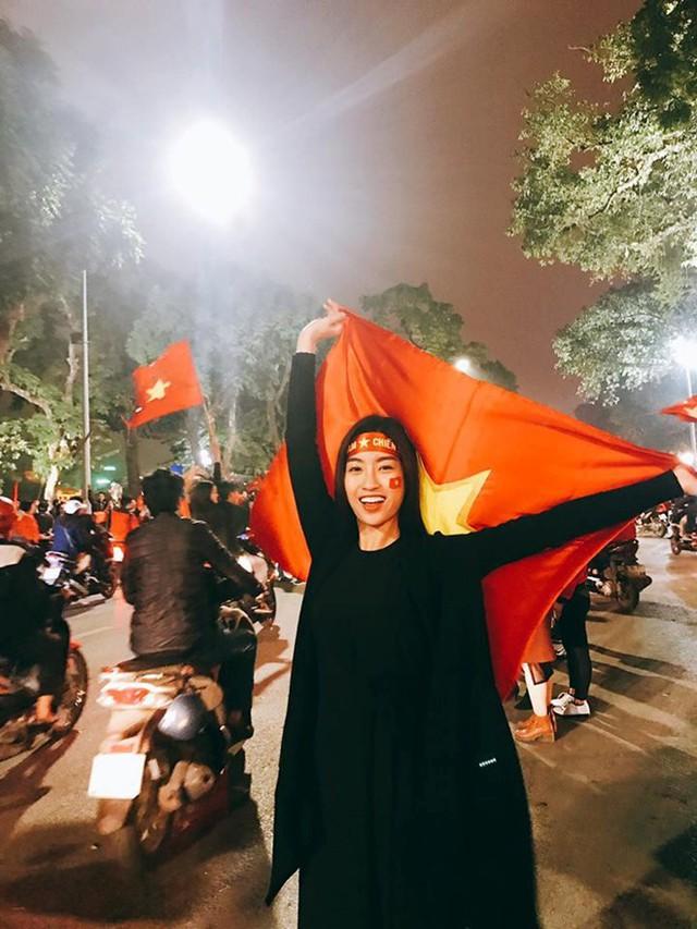 Hoa hậu Việt Nam không ngần ngại xuống đường đi bão cùng cổ động viên nước nhà.