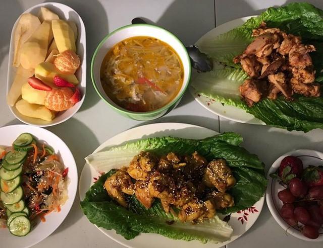 Bà mẹ Việt tại Canada có bí quyết ăn gian thời gian bày biện món ăn bằng cách kết hợp các thực phẩm có màu sắc.