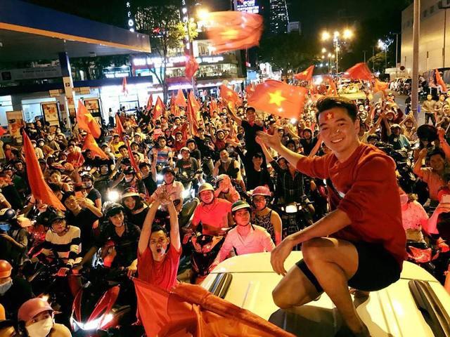 Cũng đi bão cổ vũ tuyển Việt Nam như nhiều người hâm mộ bóng đá khác nhưng Đàm Vĩnh Hưng còn chơi trội đến mức leo lên cả nóc xe ô tô để khuấy động dòng người giữa trung tâm TP.HCM.