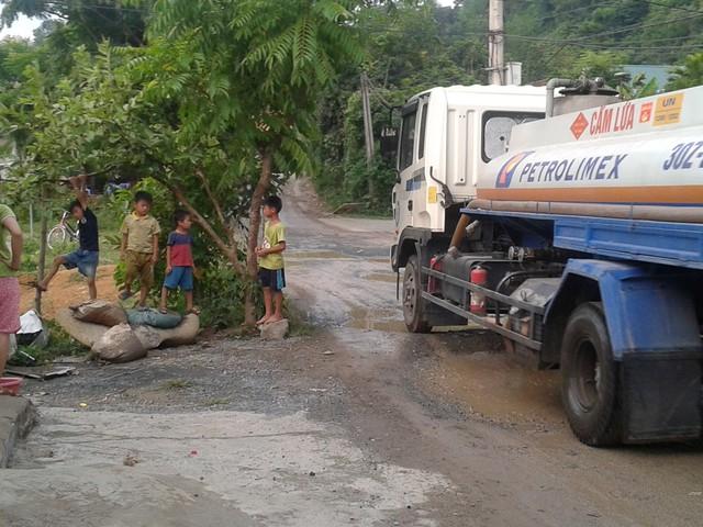 Hàng ngày, người dân xã Tân Vinh (huyện Lương Sơn, Hòa Bình) luôn phải đối mặt với tình trạng mất an toàn giao thông do nhiều phương tiện né trạm thu phí đi qua đây. Ảnh: PV
