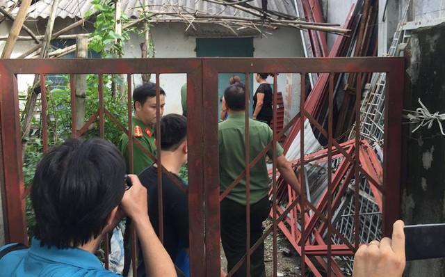 Cơ quan ANĐT khám nhà ông Đỗ Mạnh Tuấn (ảnh PV)