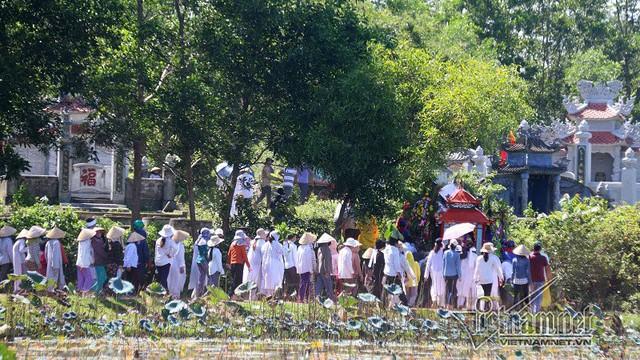 Đoàn người đông nghịt, tiễn đưa các nạn nhân về nghĩa trang