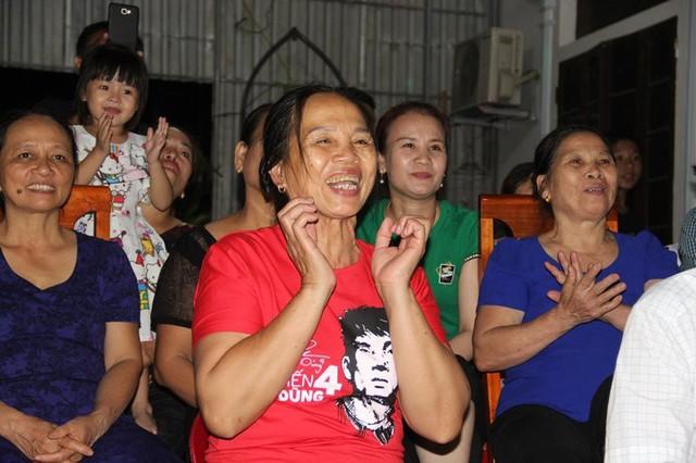 Bà Hường phấn khích cổ động cho con trai và đồng đội trong trận tứ kết Asiad 2018.