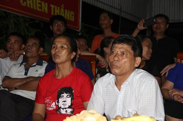 Bố mẹ trung vệ Tiến Dũng chăm chú theo dõi trận tứ kết vừa qua