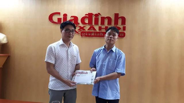 Ông Nguyễn Chí Long – Phó TBT Báo Gia đình và Xã hội (trái) trao tiền của bạn đọc hảo tâm ủng hộ cho gia đình anh Hải. Ảnh PT