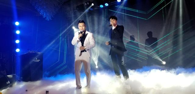 Trong buổi ra mắt, CEO Cường Anh Authentic hào hứng hát cùng ca sỹ Trịnh Thăng Bình
