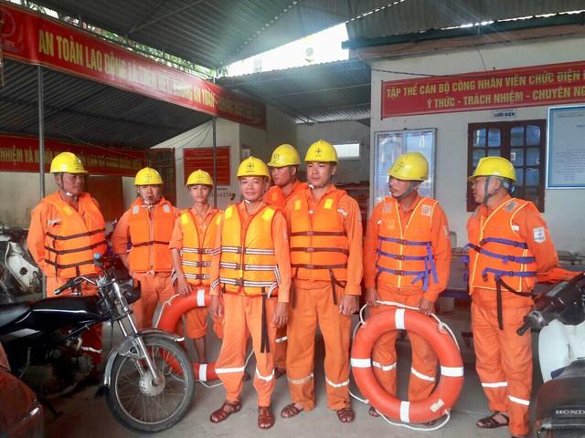 Công nhân các Công ty Điện lực đã có mặt kịp thời khắc phục sự cố