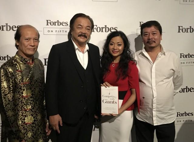 Trần Uyên Phương cùng bố - ông Trần Quí Thanh tại buổi ra mắt sách