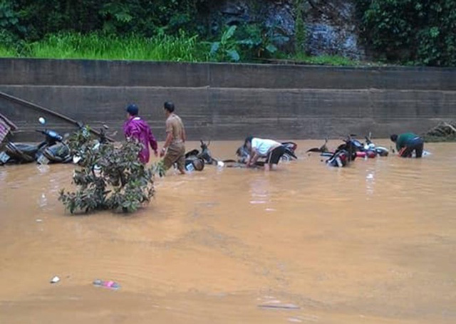 16 xe máy của giáo viên và nhân viên bị nhấn chìm bởi bùn đất. Sau khi lũ rút một phần, thầy cô ra mò vớt xe.