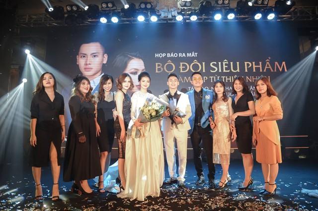 Hình ảnh 2 CEO và các giám đốc kinh doanh CUONGANH chụp cùng ca sỹ Tuấn Hưng tại Event