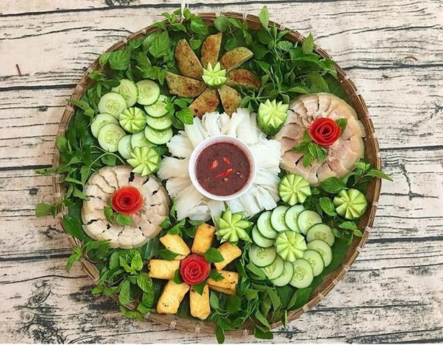 Những mâm cơm của Huyền Trang, 28 tuổi, có chung đặc điểm là hầu hết các món ăn đều được bày biện thành hình đóa hoa. Nữ kế toán cho hay, đây là kiểu trang trí đơn giản, đẹp mắt và phù hợp với nhiều dáng đĩa.