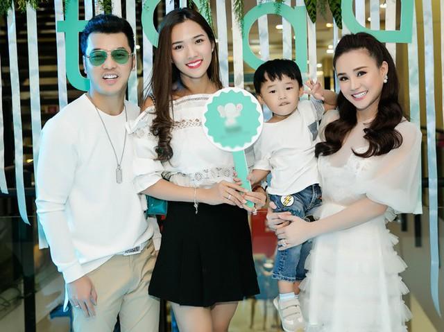 Vợ chồng Ưng Hoàng Phúc - Kim Cương đưa con trai tới chúc mừng Vy Oanh lên chức bà chủ.