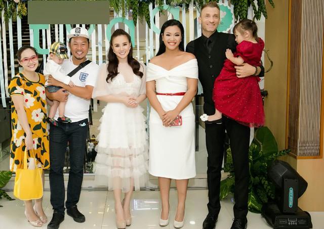 Gia đình ca sĩ Phương Vy và nghệ sĩ hài Long Đẹp Trai cũng bế các nhóc tỳ tới ủng hộ Vy Oanh.