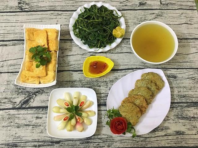Chỉ rau muống luộc, đậu phụ rán, chả chiên và hành muối nhưng nhờ bàn tay khéo léo của Trang, bữa cơm bình dân trở nên hấp dẫn.