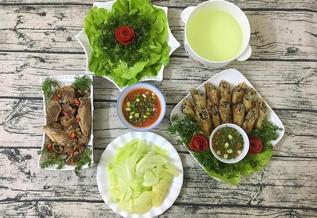 Em trai Huyền Trang kém chị 10 tuổi, không có năng khiếu nấu ăn nên chỉ nhận nhiệm vụ rửa bát sau bữa cơm.