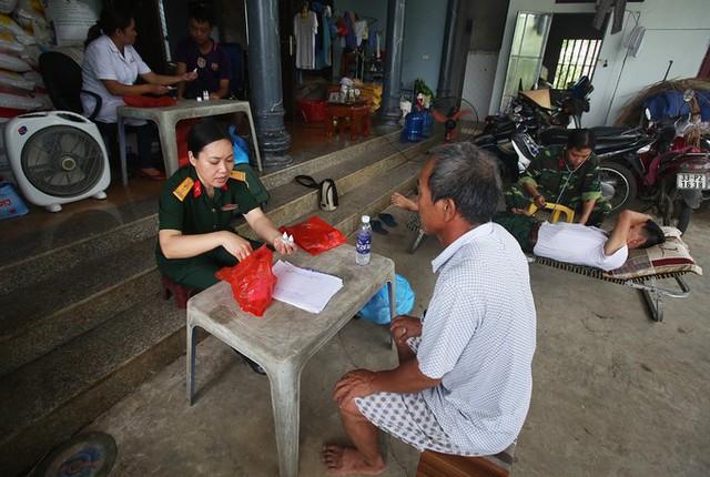 Sau hơn nửa tháng ngập lụt, huyện Chương Mỹ (Hà Nội) còn lại 3 xã Tân Tiến, xã Nam Phương Tiến, Hoàng Văn Thụ nước vẫn chưa rút. Những ngày qua nhiều bệnh viện dã chiến mini đã được lập để khám và cấp thuốc miễn phí cho người dân.
