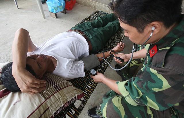Lực lượng y bác sỹ của huyện đội Chương Mỹ được tăng cường cùng cán bộ Trung tâm y tế đến vùng ngập.