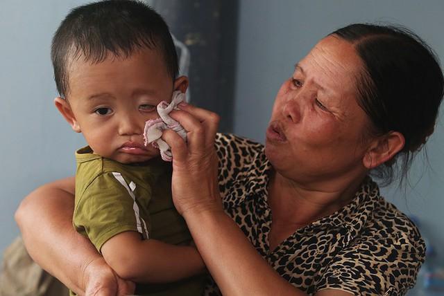 Cháu tôi bị sốt và chảy nước mũi đã hơn 10 ngày nay, uống thuốc không thấy giảm bệnh. Nhà tận trong làng, nước vẫn ngập sâu, định đưa cháu ra trạm y tế nhưng cũng bị ngập nên hôm nay đưa cháu ra đây khám và nhận thuốc, một người dân nói.