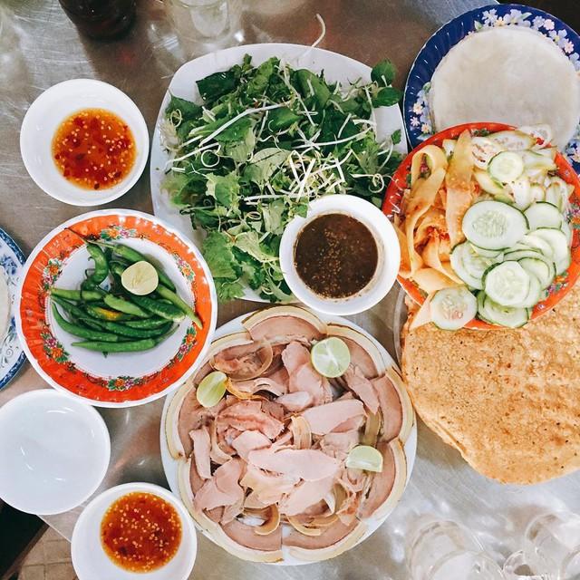Bê thui Cầu Mống: Món ngon nức tiếng tại Quảng Nam khiến thực khách không thể bỏ qua trong thực đơn đồ ăn phải thử tại đây. Thịt bê nhiều đạm, chắc nịch cuốn cùng các loại rau thơm chấm với mắm nêm đặc trưng của Quảng Nam sẽ chinh phục những tín đồ ẩm thực thích món cuốn. Tại Bê thui Mười - Cầu Mống, QL1, Điện Bàn, Quảng Nam - bạn có thể thưởng thức bữa ăn no nê cho 6 người chỉ khoảng 480.000 đồng/kg thịt bê. Ảnh: @vietnamesefood.93.