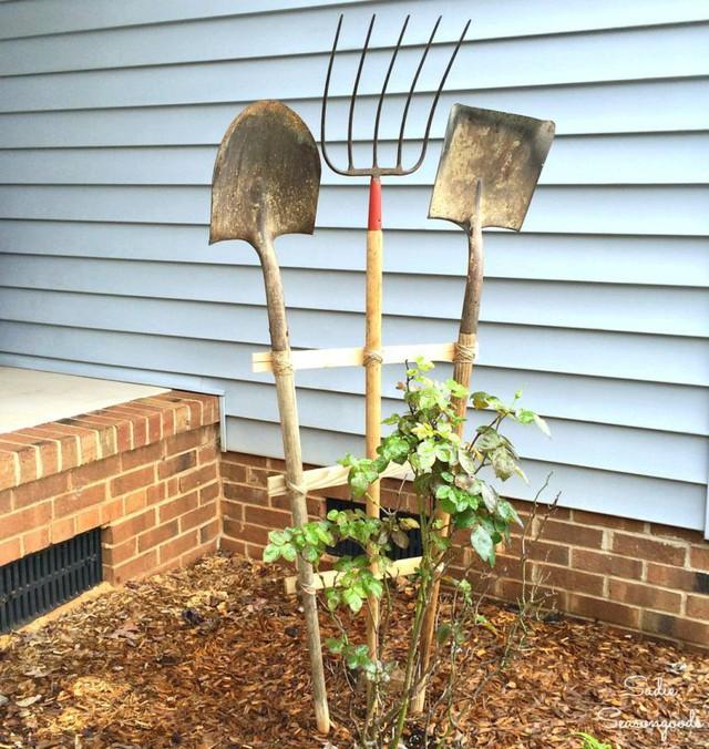 Sử dụng lại những nông cụ làm vườn đã cũ rỉ hoặc sứt mẻ là một cách rất dân dã và cũng chẳng hề phức tạp. Không chỉ mang lại sự mới mẻ mà ai nhìn vào khu vườn của bạn hẳn cũng sẽ thấy ngạc nhiên và thú vị lắm đó.