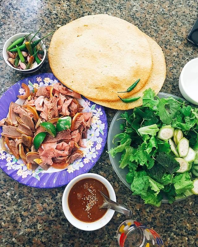 Với các bạn yêu thích mắm nêm, mùi vị của xứ Quảng sẽ cho bạn trải nghiệm hoàn toàn mới dễ gây nghiện. Mắm nêm Quảng Nam đậm đà, thơm ngon quyện với thịt bê và bánh đa nem, các loại rau thơm. Sự kết hợp này sẽ thổi bùng vị giác của thực khách, ghi dấu ấn tượng khó quên. Nếu ở Đà Nẵng, các bạn có thể thưởng thức thịt bê nóng hổi tại Bê thui nóng - 3 Tuệ Tĩnh. Ảnh: @tuan_anh94.