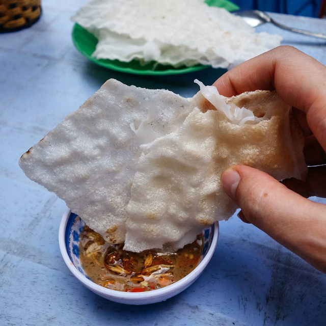 Khi dùng bánh tráng đập, người ăn chỉ cần lấy tay đập lên hai loại bánh tráng để lớp bên ngoài dính vào bánh ướt bên trong, bẻ miếng nhỏ chấm mắm nêm và thưởng thức. Người dân xứ Quảng phi hành giòn cùng một ít dứa thơm dậy mùi làm nên vị ngọt tự nhiên. Món ăn này phù hợp cho những bữa xế, ăn nhẹ nhàng lai rai tận hưởng nét dân dã đặc biệt của ẩm thực tỉnh Quảng Nam. Ảnh: @pyzamadeinpoland, @htn_thuy.