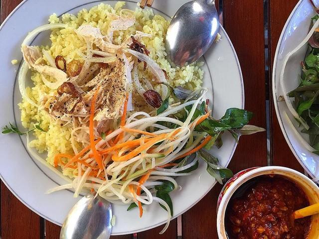 Cơm gà Tam Kỳ: Bất cứ ai ghé thăm thành phố Tam Kỳ, tỉnh Quảng Nam đều phải thử món cơm ngon trứ danh này. Món ăn chỉ từ cơm và thịt gà nhưng cách chế biến cùng nguyên liệu đặc biệt của Tam Kỳ khó có thể so sánh với bất cứ địa danh nào khác. Nghệ thuật ẩm thực nơi đây đã cho ra đời món cơm gà đậm đà, hơi cay cay rất hấp dẫn với các món gà luộc, gà xé phay, gà sốt chua ngọt… Ảnh:@maimummim.