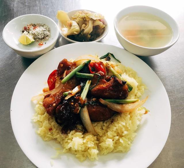 Cơm gà Tam Kỳ có thể được dùng với cơm trắng hoặc cơm rang. Đặc biệt, cơm được nấu với nước dùng gà và một ít nước nghệ giã. Do đó khi chín, cơm có màu vàng bắt mắt, thơm ngậy. Món cơm gà của xứ Quảng đã lấy lòng biết bao thực khách trong nước và quốc tế. Thịt gà chính là nguyên liệu đặc biệt nhất. Chỉ những con gà ta tại Tam Kỳ được thả nuôi tự nhiên mới đem lại miếng thịt mềm, thơm giòn béo ngậy. Ảnh: @huongsham, @thuy_nguyen2411.