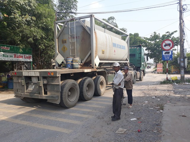 Bất chấp biển cấm, những chiếc xe trọng tải lớn vẫn đi vòng vào tỉnh lộ 380 để tránh trạm thu phí QL5 gây bức xúc cho người dân địa phương.     Ảnh: PV