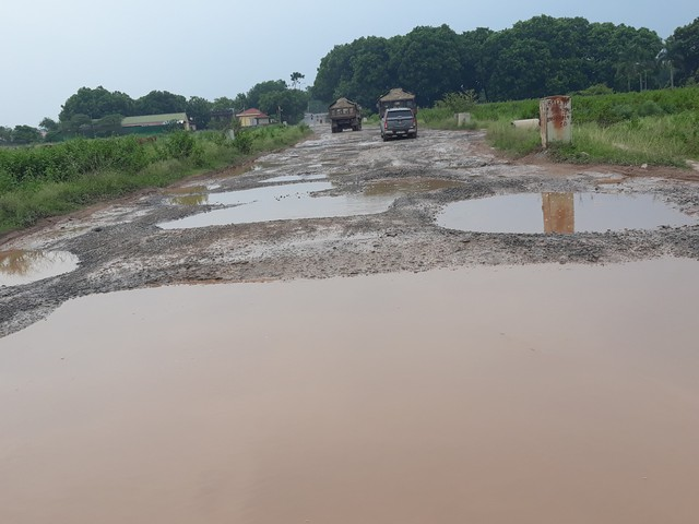 Lượng xe tải đi vào tỉnh lộ 35 để né trạm BOT Bắc Thăng Long - Nội Bài khiến bề mặt đường bong tróc, lồi lõm.