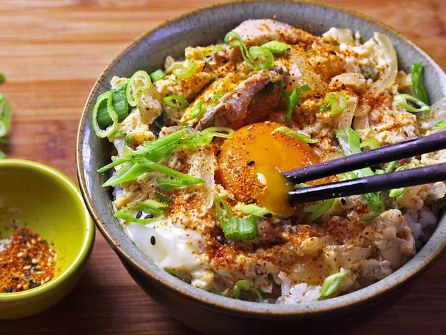 Oyakodon: Món cơm cổ điển này đơn giản, tiện lợi nhưng đủ làm bạn no bụng. Oyakodon được nấu cùng các nguyên liệu phổ biến, quen thuộc là thịt gà, trứng, hành tây và một ít nước sốt. Song, như nhiều món Nhật khác, chính chất lượng của các nguyên liệu mới làm nên giá trị món ăn. Oyakodon còn có ý nghĩa thiêng liêng, gợi nhắc tình cảm gia đình. Ảnh: Serious Eats.