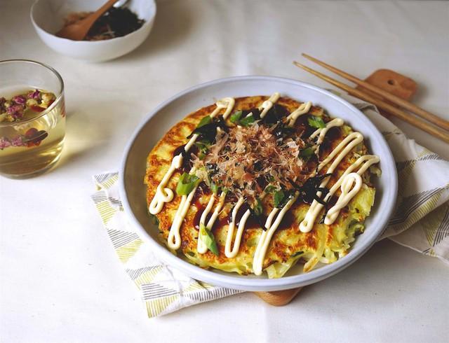 Okonomiyaki: Thường được gọi là bánh xèo Nhật Bản, cái tên okonomiyaki có nghĩa là hãy nấu nướng thứ gì bạn thích. Với lớp bột dày và bắp cải cắt vụn, bạn có thể thêm vào đó bất cứ thứ gì bạn muốn, như thịt xông khói, hải sản, pho mát... Ảnh: Miss Hangrypants.