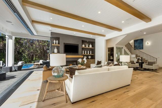 Căn phòng khách tuyệt đẹp này là sản phẩm của sự kết hợp hài hòa giữa nét truyền thống và phong cách hiện đại trong thiết kế nội thất.