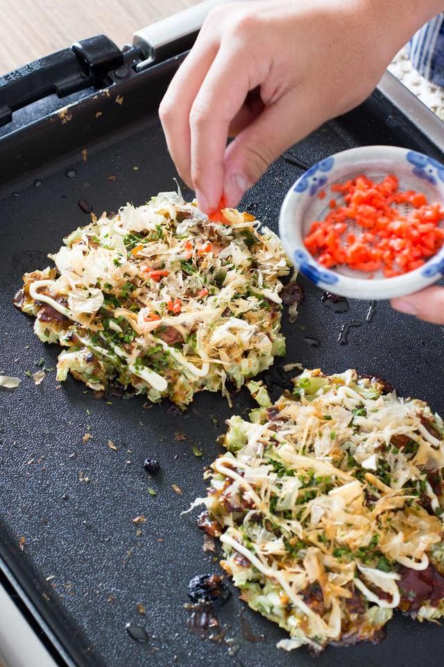 Bánh chín được dùng với nước tương, nước sốt okonomi, mayonnaise Kewpie, rong biển hay bột cá ngừ khô bonito. Vùng Kansai, đặc biệt là Osaka có thể cho bạn món ăn hấp dẫn này. Tokyo cũng có một phiên bản riêng của món ăn, tên là monjayaki, thường được ăn bằng thìa nhỏ hơn là đũa. Ảnh: Chopstick Chronicles.