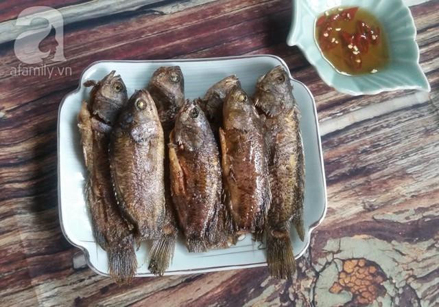 Cá làm sạch, rửa lại cùng rượu cho hết mùi tanh. Ướp gia vị để cá ngấm.