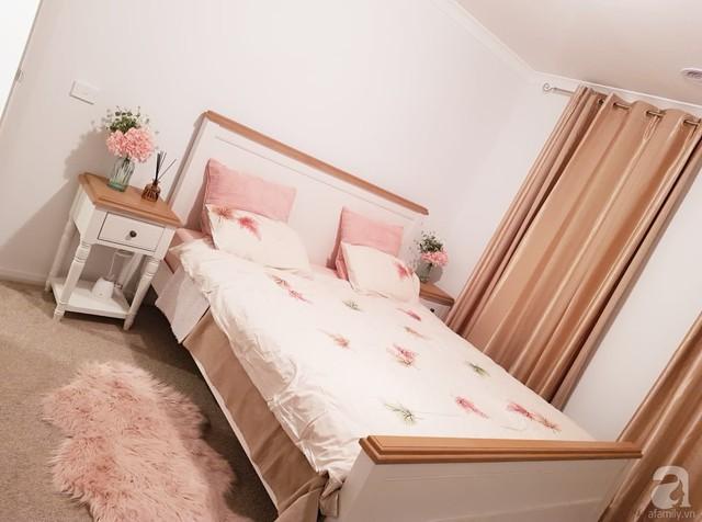 Phòng ngủ được chị Trâm tự tay lựa chọn nội thất và trang trí.
