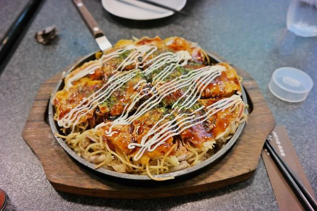 Okonomiyaki kiểu Hiroshima: Một lời khuyên cho bạn là đừng nhầm lẫn giữa món này với món okonomiyaki được nhắc ở trên, dù tên gọi giống nhau. Okonomiyaki kiểu Hiroshima phức tạp hơn. Món ăn có thể điều chỉnh theo sở thích của bạn, nhưng yếu tố cần thiết phải có là một lớp bột mỏng, mì xào, trứng tráng mỏng, bắp cải thái nhỏ, nước sốt okonomi và rong biển. Ảnh: LiiiFE.
