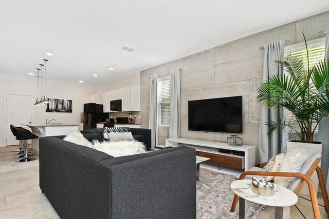 Phòng khách có sự pha trộn giữa truyền thống và hiện đại đảm bảo sẽ chẳng bao giờ bị lỗi thời dù có xuất hiện thêm bao nhiều xu hướng thiết kế mới.